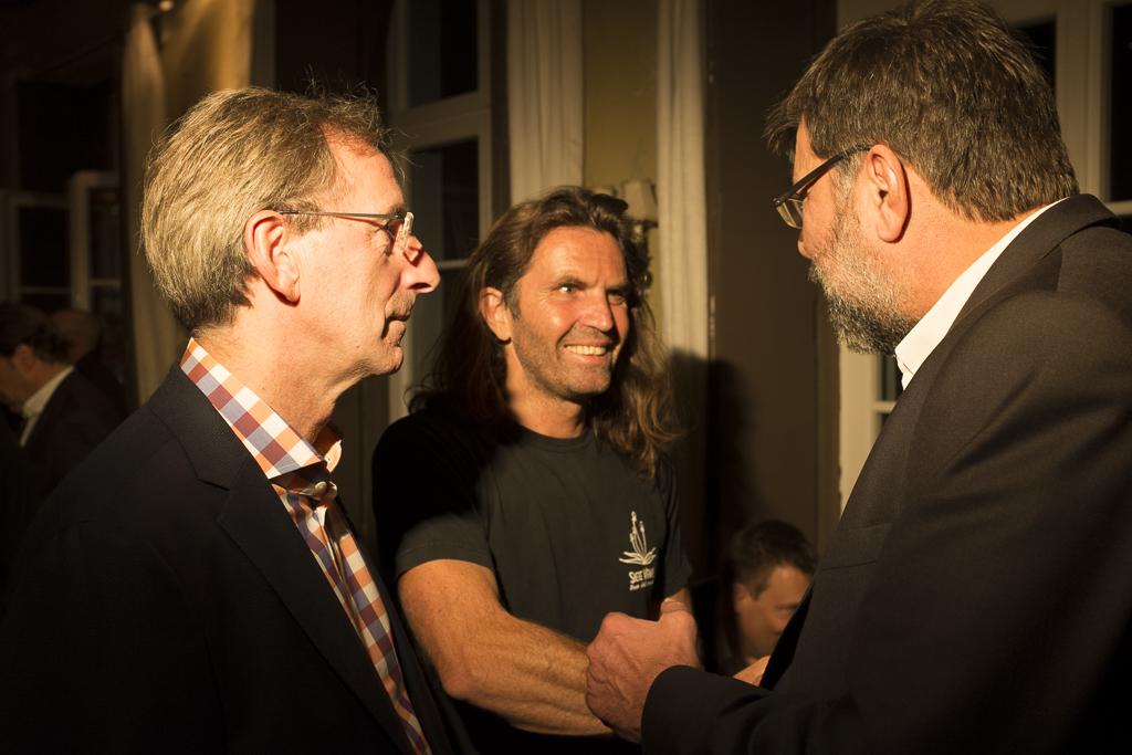 Bergsteiger Thomas Huber hatte mit seinem Vortrag schwer beeindruckt und war auch auf der Party ein umlagerter Gast – und ein freundlicher und offener dazu.