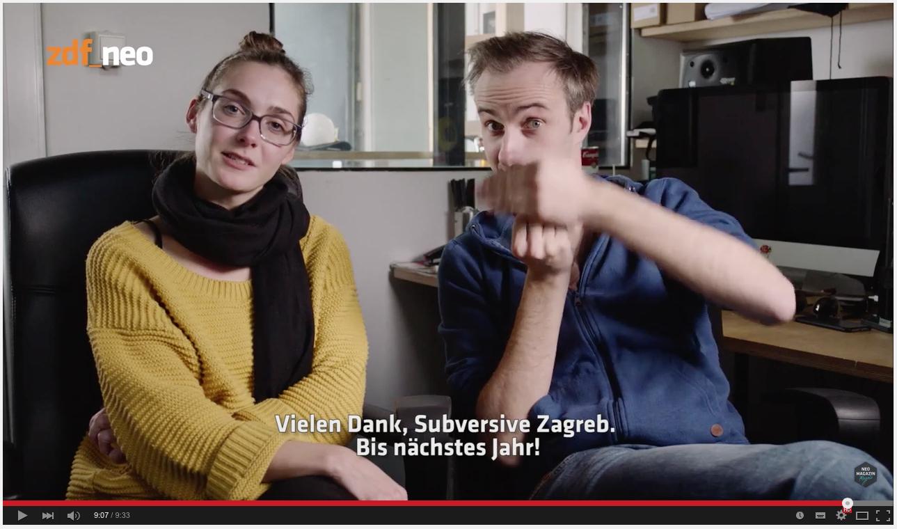 Hat er nun oder hat er nicht den Stinkefinger gezeigt? Screenshot aus Jan Böhmermanns Magazin Royale