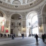In dieser Zufahrt zur Hofburg könnte man ein paar Münchener Sehenswürdigkeiten unterstellen.