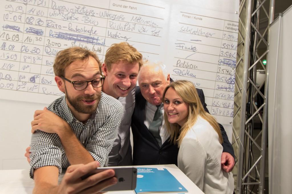 Die Selfie-Generation ist auf dem Steuerberatertag angekommen. Malte Windwehr (vimcar) mit seinem Team und Harald Elster.