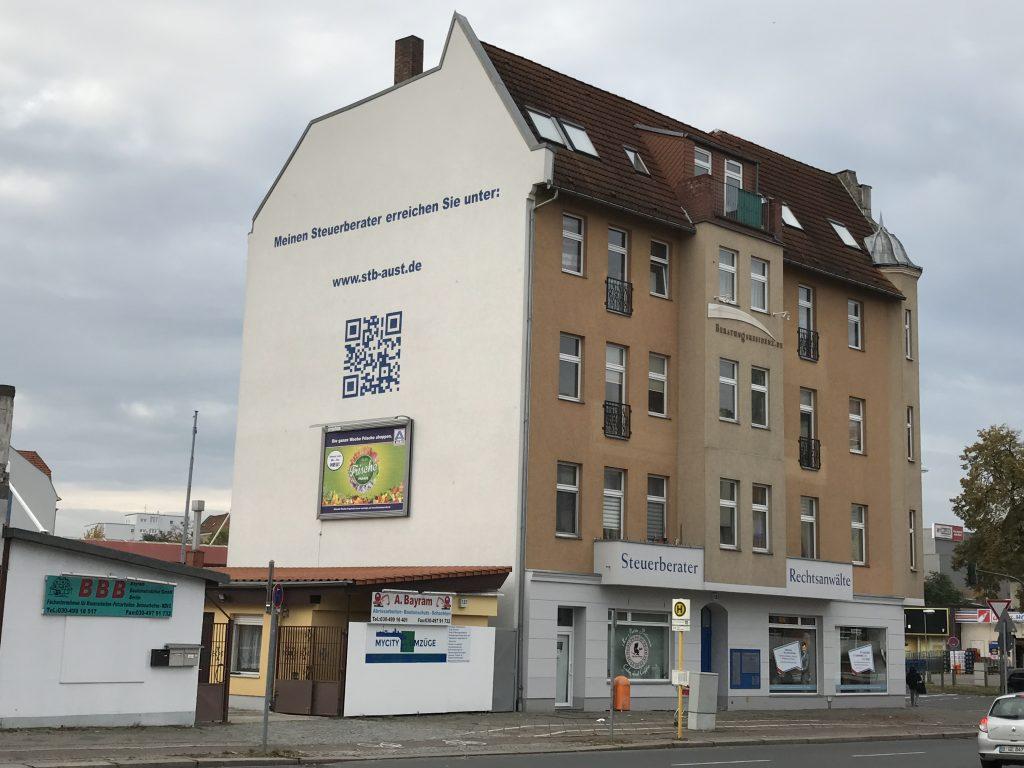 Kanzleiwand mit Werbung (Foto: Martin Müller-Spickermann)