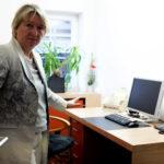 StBin Renate Neumüller vor dem Modell-Arbeitsplatz für Unternehmen-Online-Neulinge