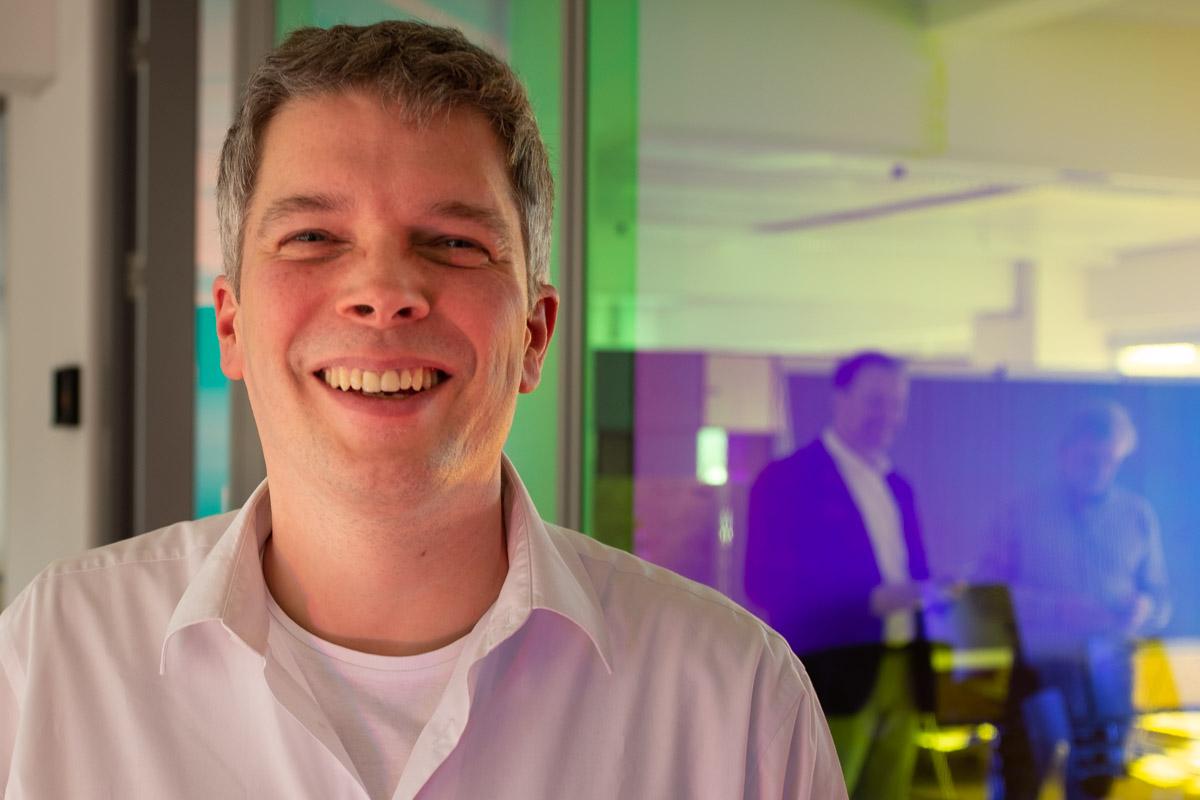 Claas Beckmann bei der Podcast-Aufzeichnung im Datev Lab in Nürnberg